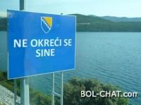 """Na graničnim prelazima u BiH postavljene table s natpisom """"Ne okreći se sine"""""""