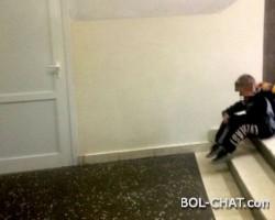 Osnovna škola: Dječak sam sjedi na hodniku, dok ostatak razreda ima vjeronauku