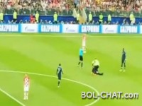 Video / Pogledajte trenutak kada je nekoliko navijača utrčalo na teren
