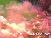 Video sa tribine: Desetine baklji završilo na terenu